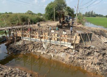ปทุมธานี ชาวศาลาครุยืนไว้อาลัยงบสร้างสะพาน อบจ.ปทุมธานี ปี63ที่ค้างเติ่งไม่ยอมเสร็จ